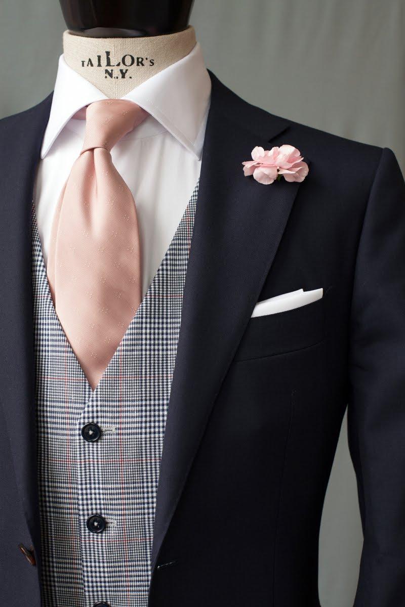 960541c1ad71e Może być uszyta z tego samego materiału co marynarka i spodnie, razem  tworząc garnitur trzyczęściowy.