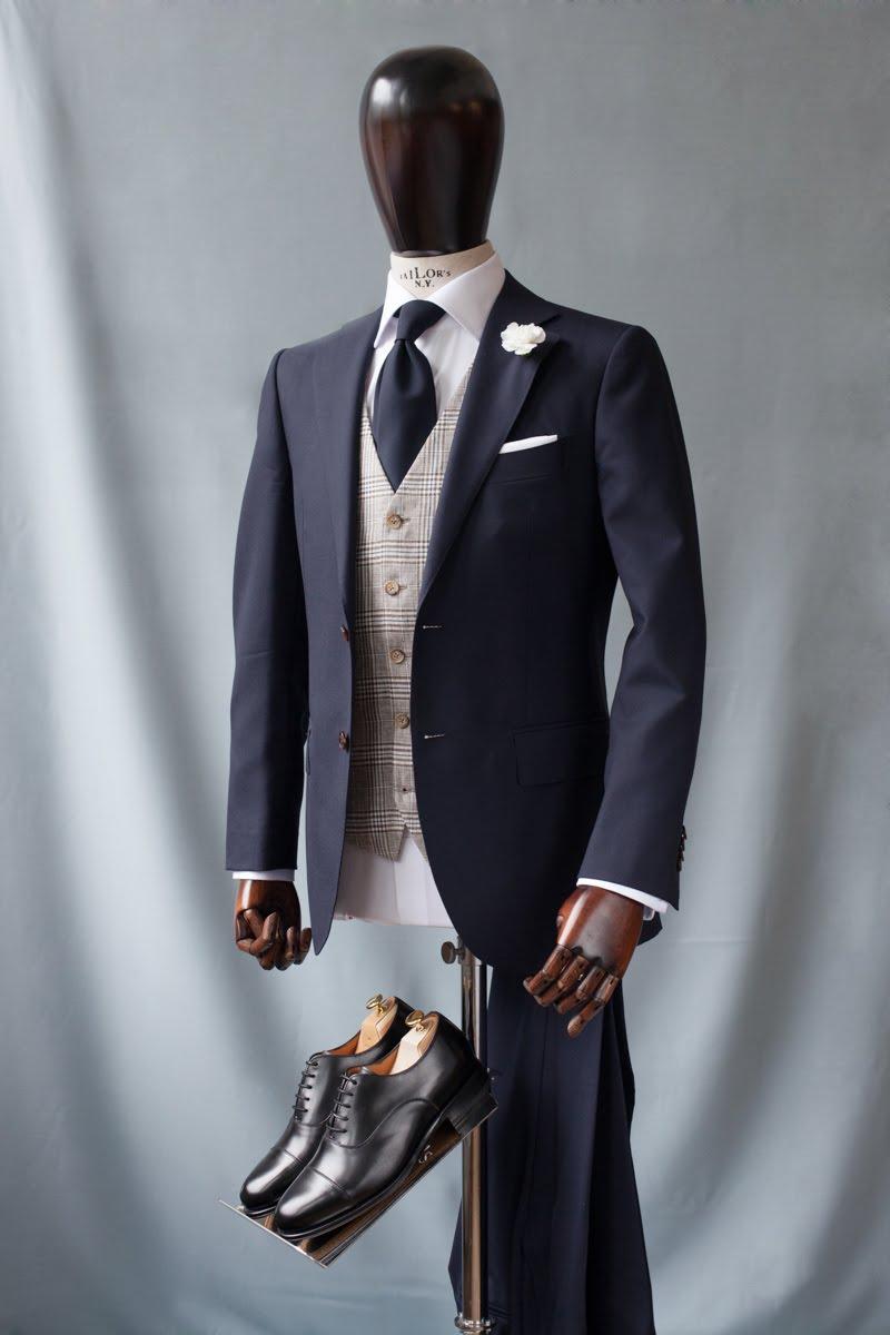 c07d90191e366 Każdy mężczyzna powinien mieć w szafie przynajmniej jeden porządny garnitur,  który będzie mu służył przy rozmaitych okazjach rodzinnych i zawodowych.